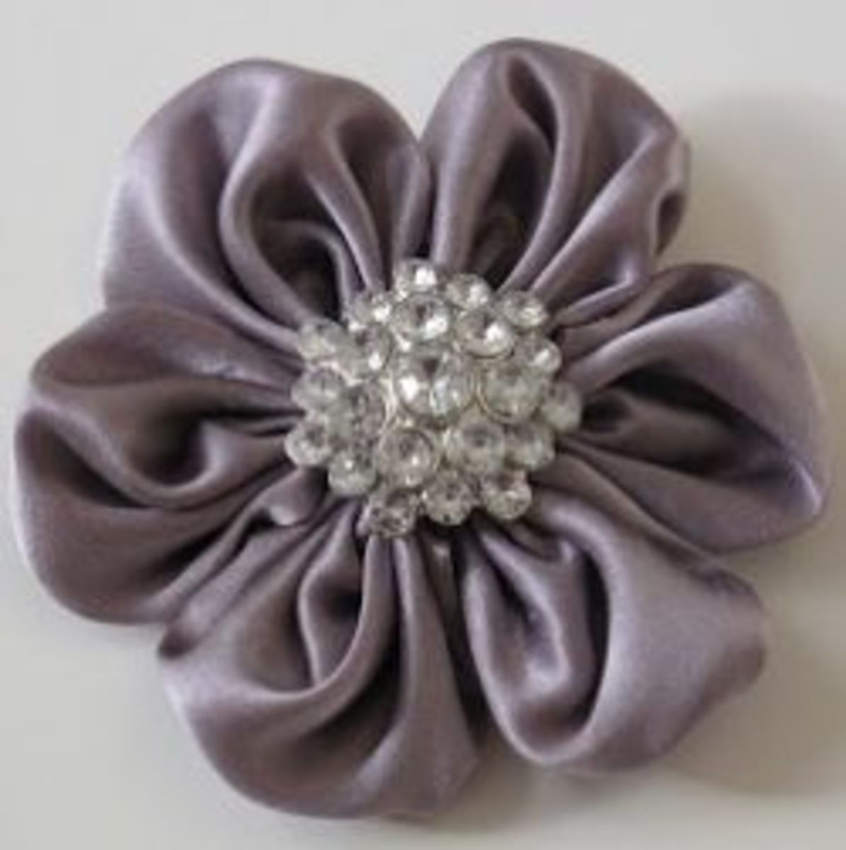 A Girl in Paradise shares a tutorial for the Shimmery Flower. Don't stop with just one! You'll want a whole bouquet of these flowers for every project!
