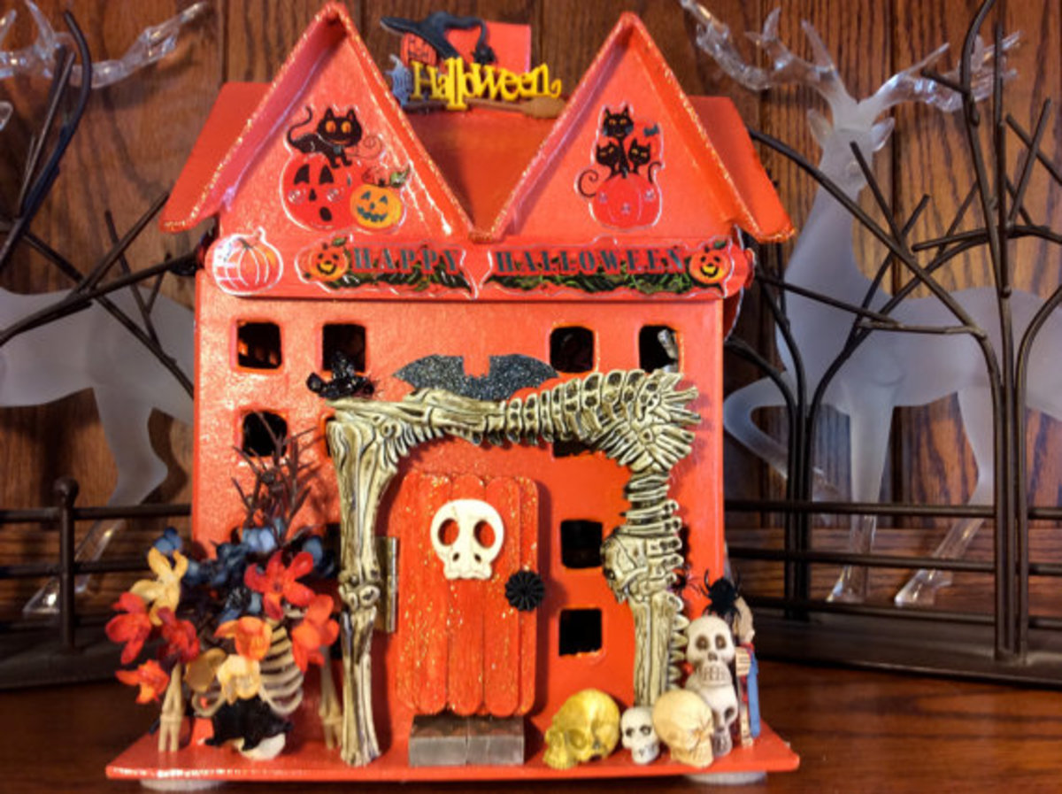 Wow, look at this creepy, spooktacular house Carol Calhoun created. She sells her miniature houses on Etsy. (The link takes you to her page on Etsy. It is not an affiliate link)
