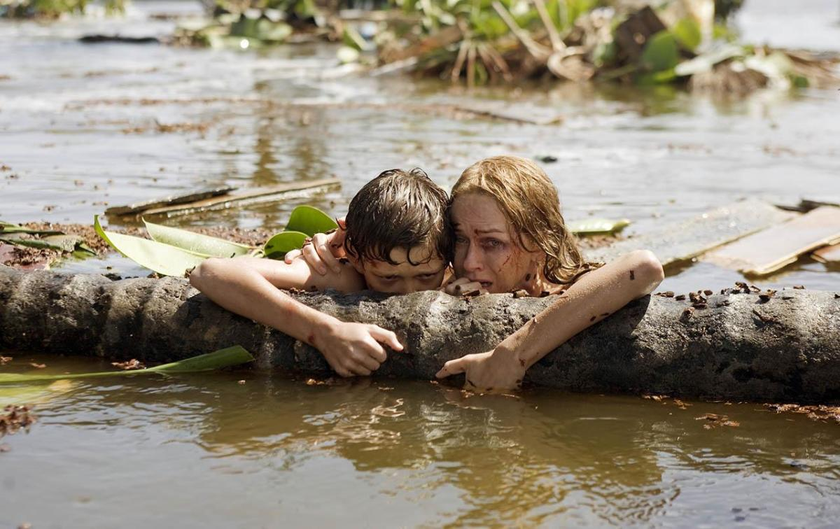 Lucas (Tom Holland) and María (Naomi Watts) survive the tsunami wave.