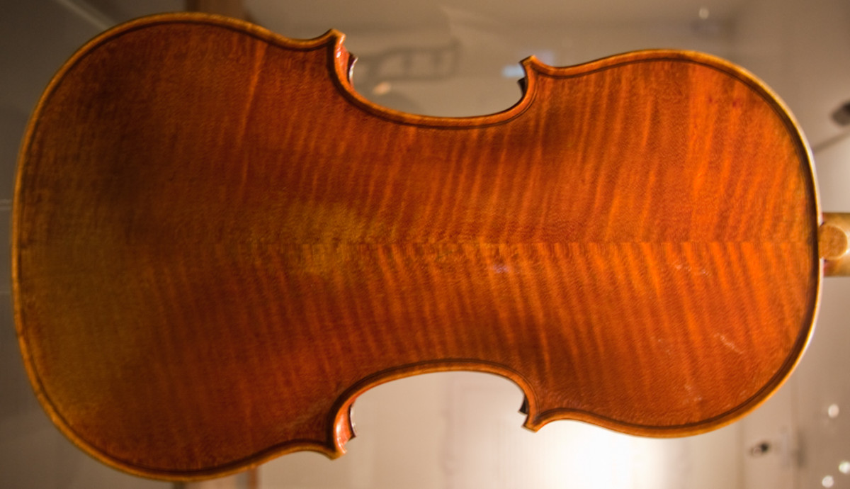 The most prominent wear on the Lady Blunt Stradivari violin is the patch on the back from being replaced in a case and the slight rounding of the corners (compare with the photos of the Messiah Stradivari below).