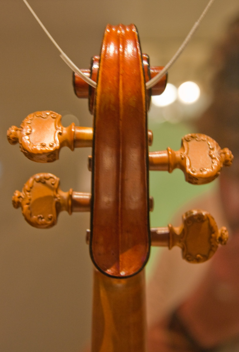 Scroll of the Messiah Stradivarius from the back, showing the black edging almost completely intact and the carved pegs added by J.B. Viullaume