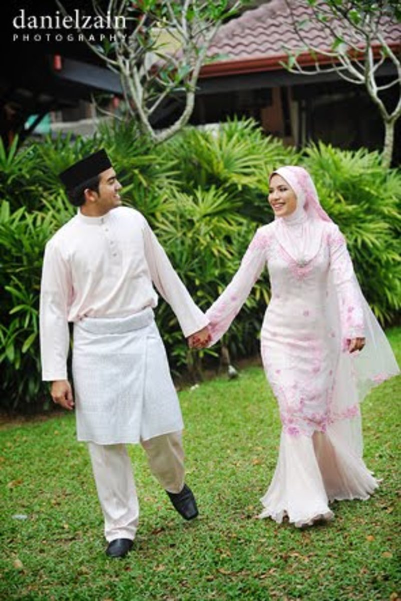 Malaysian Bride in white Wedding Baju kurung