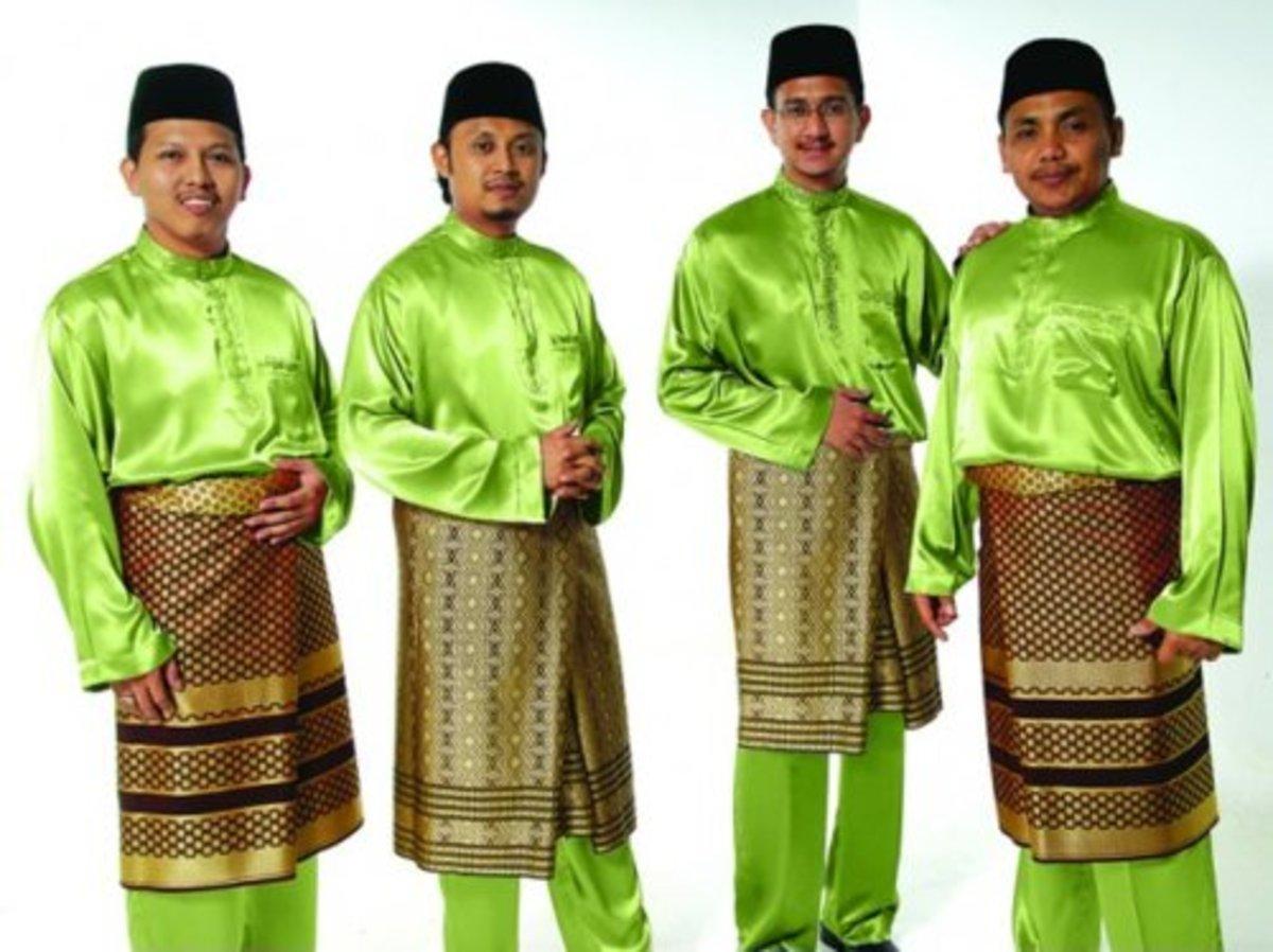 Men in baju melayu