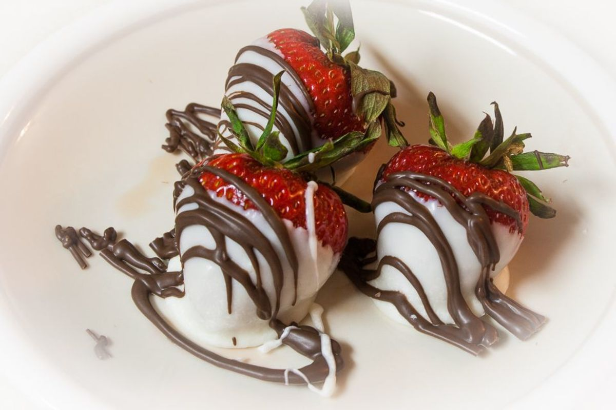 Vanilla white almond bark dipped strawberries with chocolate drizzle
