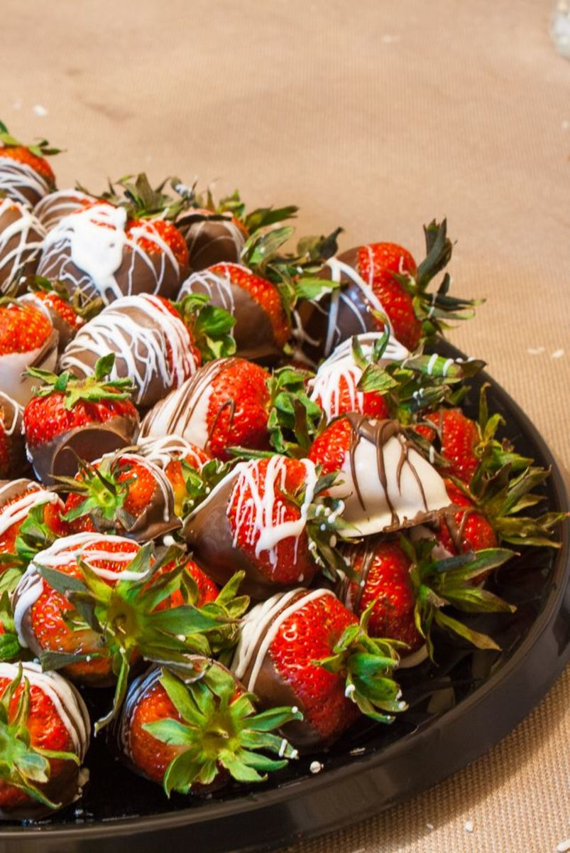Finished chocolate strawberries with white chocolate drizzle