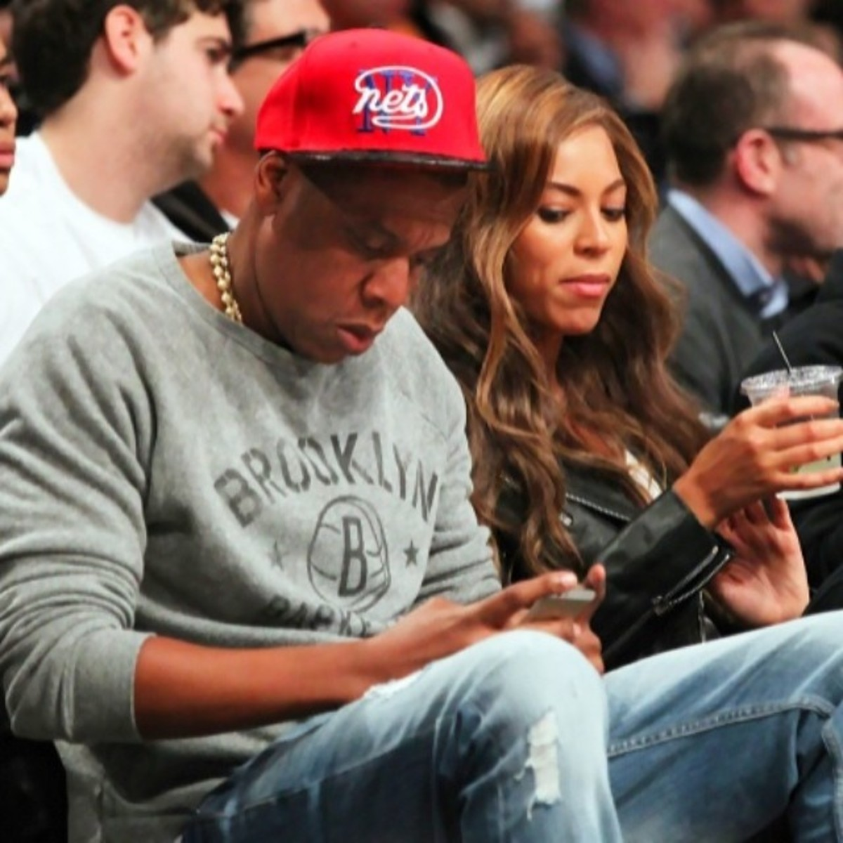 Beyonce eyeing Jay-Z on the low to see who he's texting