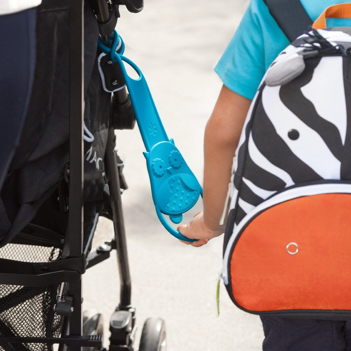the-skip-hop-walk-along-stroller-handle-teaches-older-children-to-stay-close-to-mom