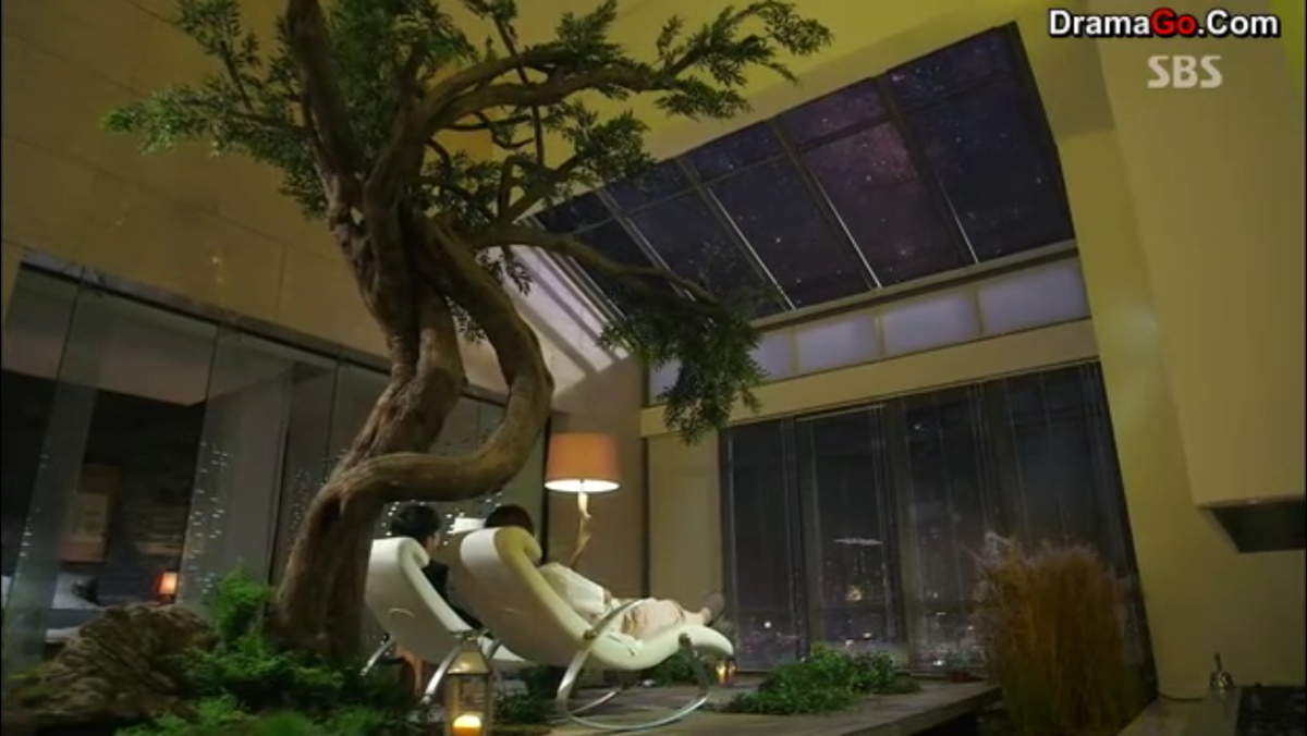 Cheon Song Yi and Do Min Joon sitting side by side, looking at the stars.