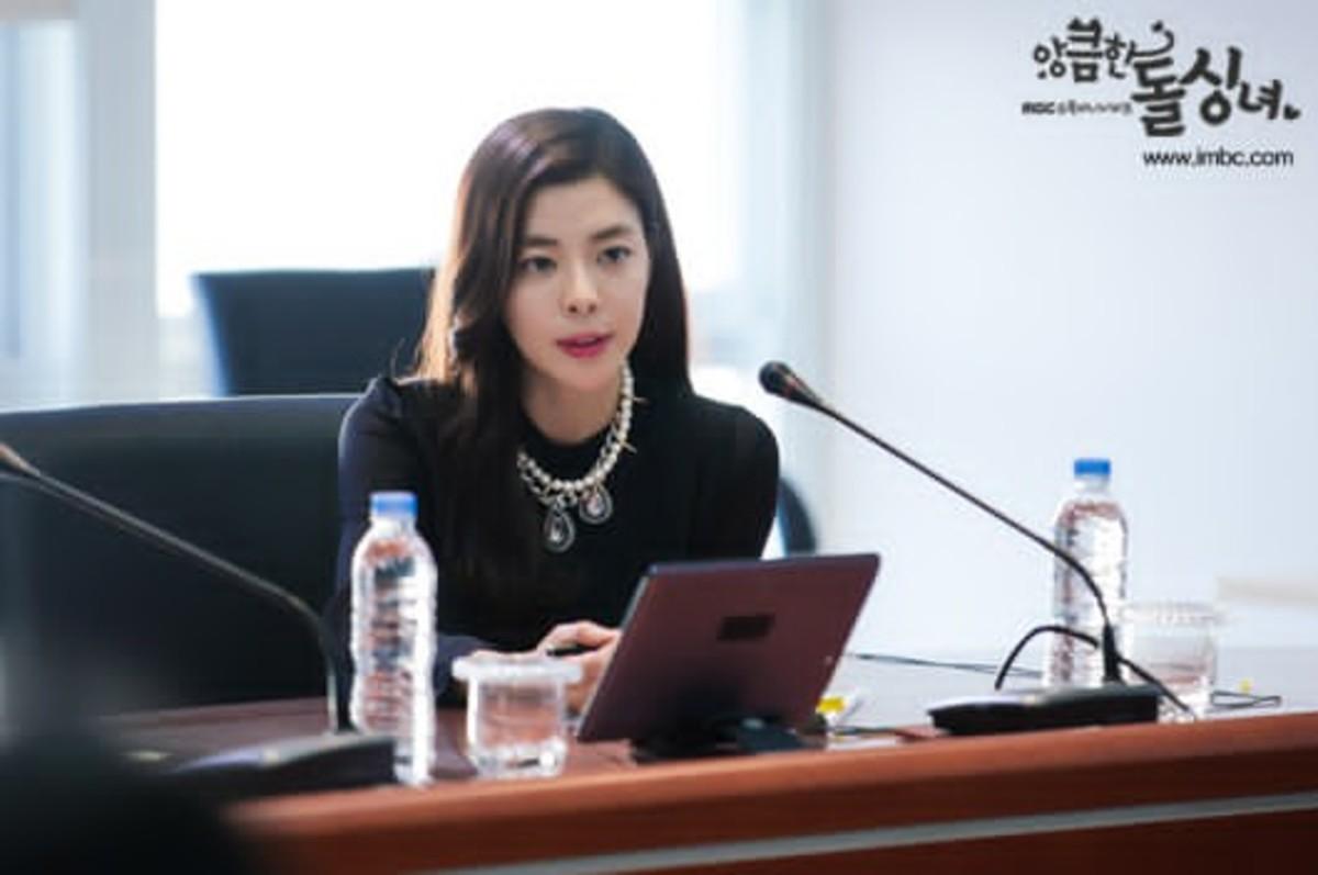 Kim Gyu Ri as Gook Yeo-jin in Cunning Single Lady