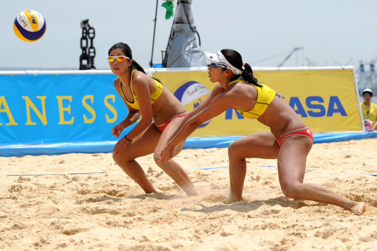 At the Yokohama Grand Slam, Sayaka Mizoe (right) hits the ball to Takemi Nishibori.