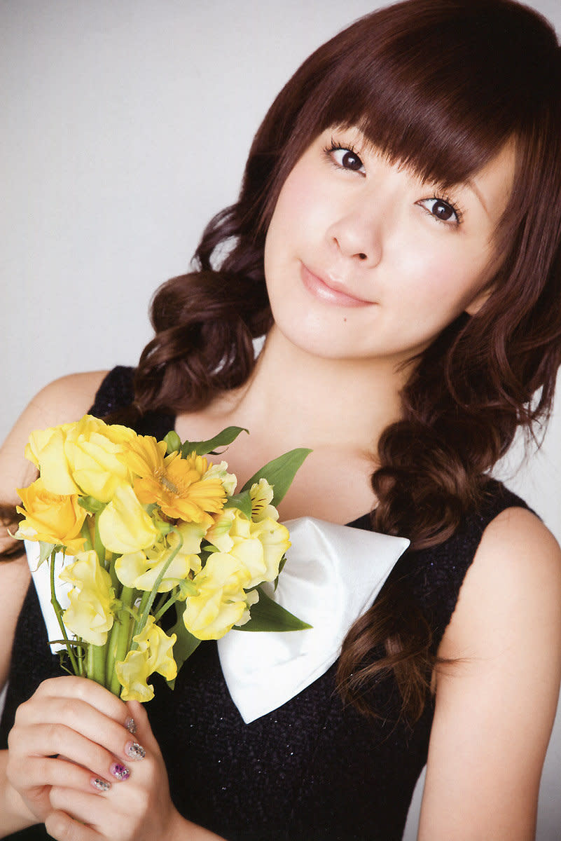 From the Berryz Kobo 7th anniversary photo session. Saki Shimizu has a bouquet of flowers in her hands.