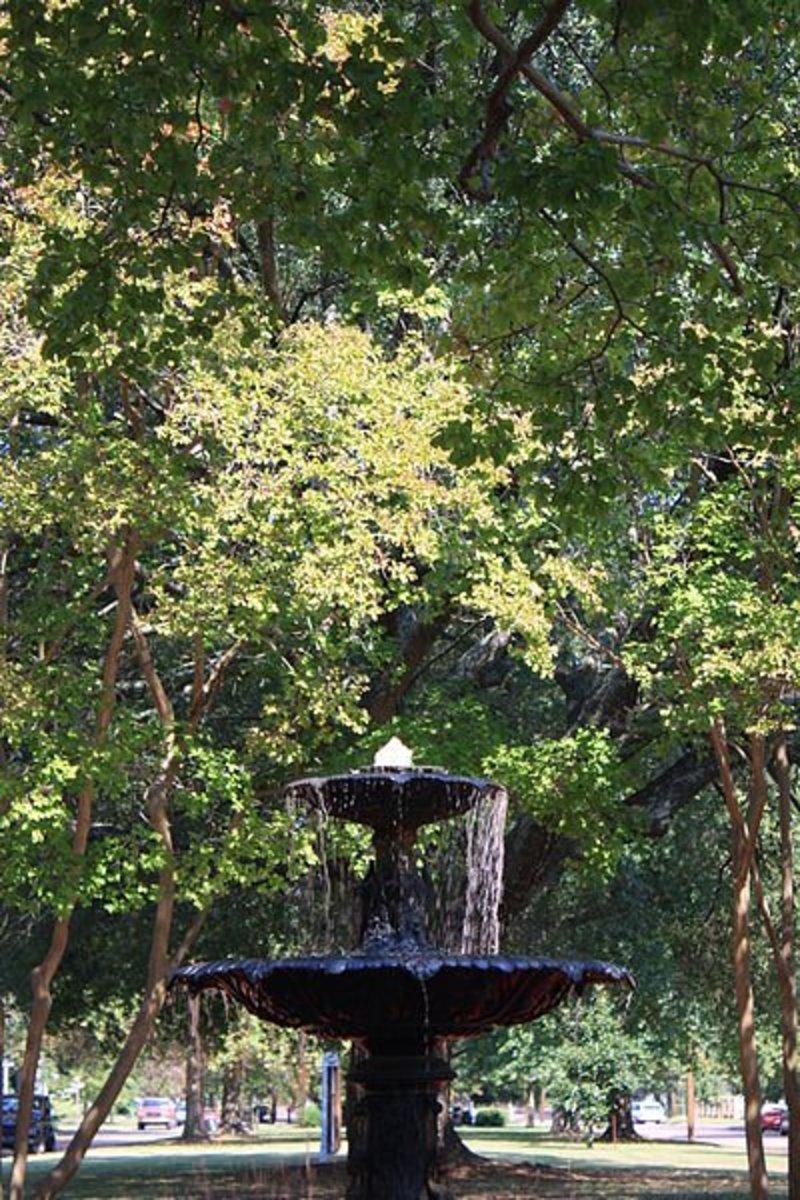 File: Columbus Historic District Fountain 4th Street.JPG Author: Deutschlandreform 12 October 2012 CC-BY-SA-3.0