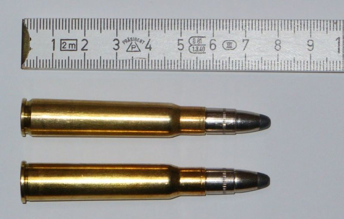 7.92x57mm IS Mauser (top) compared to its rimmed 8x57R twin.  The 8x57R is designed for break-action double rifles while the 7.92x57 IS round fits bolt-actions.