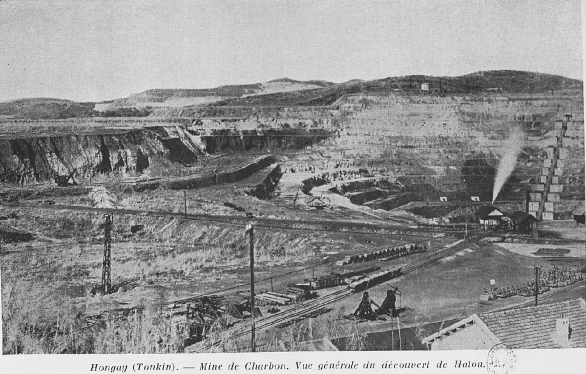 Hongay, in 1938. The caption reads :Hongay (Tonkin) Coal mine. General picture of the Hatou open pit mine.