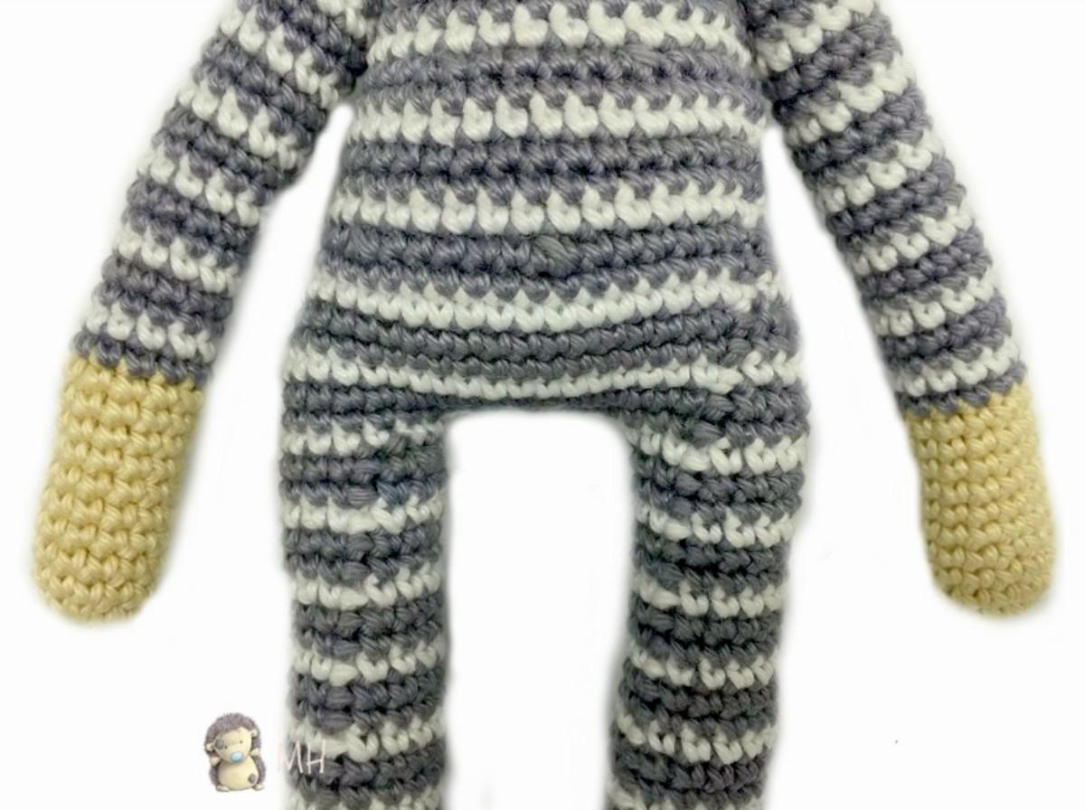 free-crochet-pattern-cat-in-striped-pajamas-amigurumi-doll