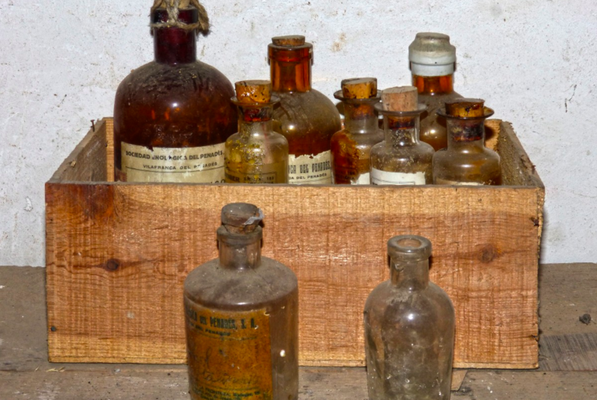 An old chemistry kit-- likely similar to the one used by Harmon Northrop Morse in 1878 when he first synthesised paracetamol