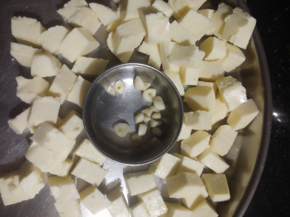 Cube paneer and roughly chop garlic. Keep aside.