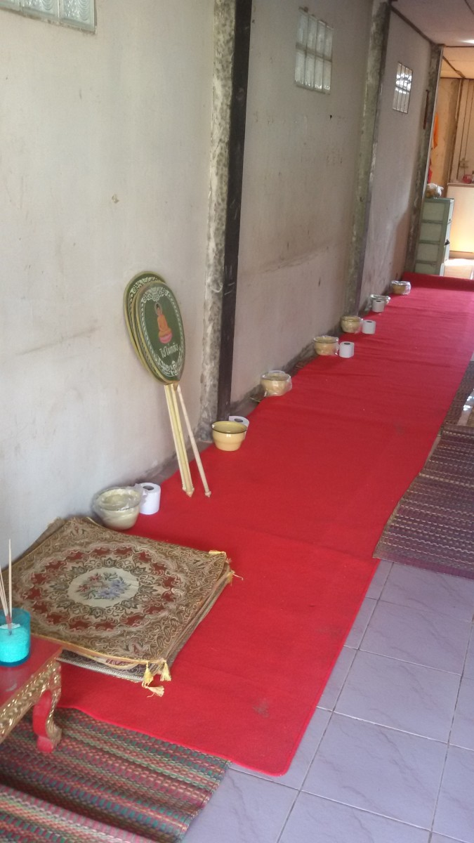 Places for seven monks to sit for evening chants in the home of the deceased.
