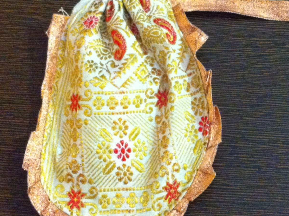 Round shaped Silk gift pouch