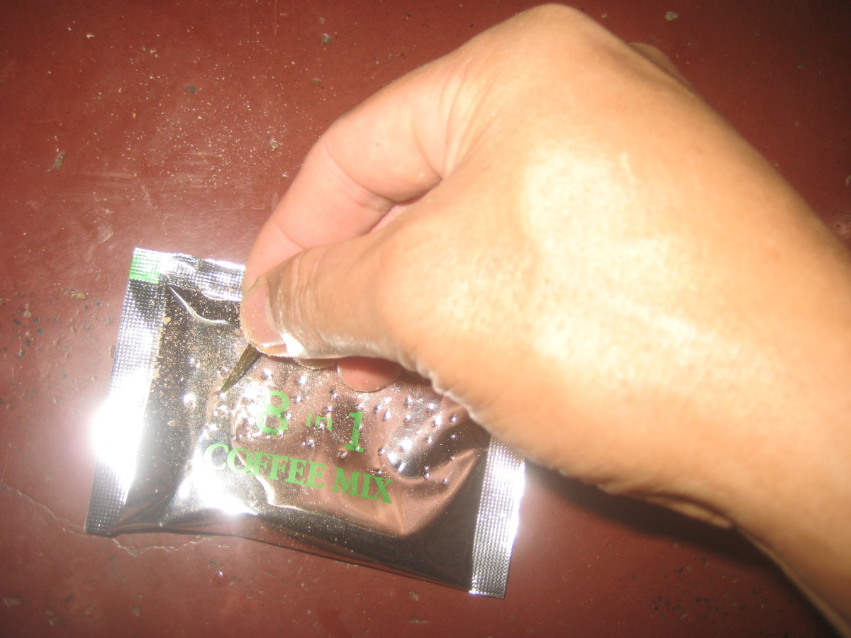 2. Puncture the aluminum sachet with a toothpick or lemon thorn, in order to prevent activating the positive ions present in the coffee