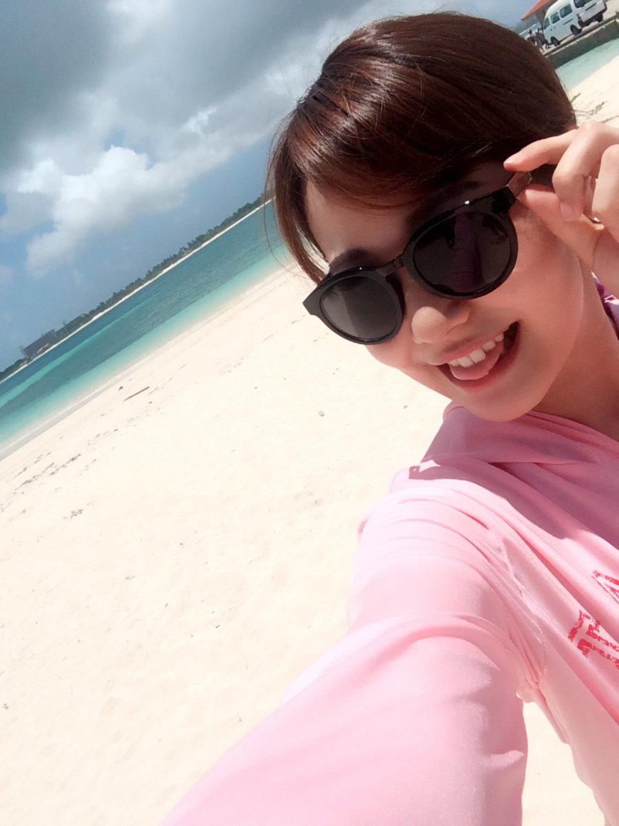 Kanako Kadowaki wearing sunglasses at the beach.