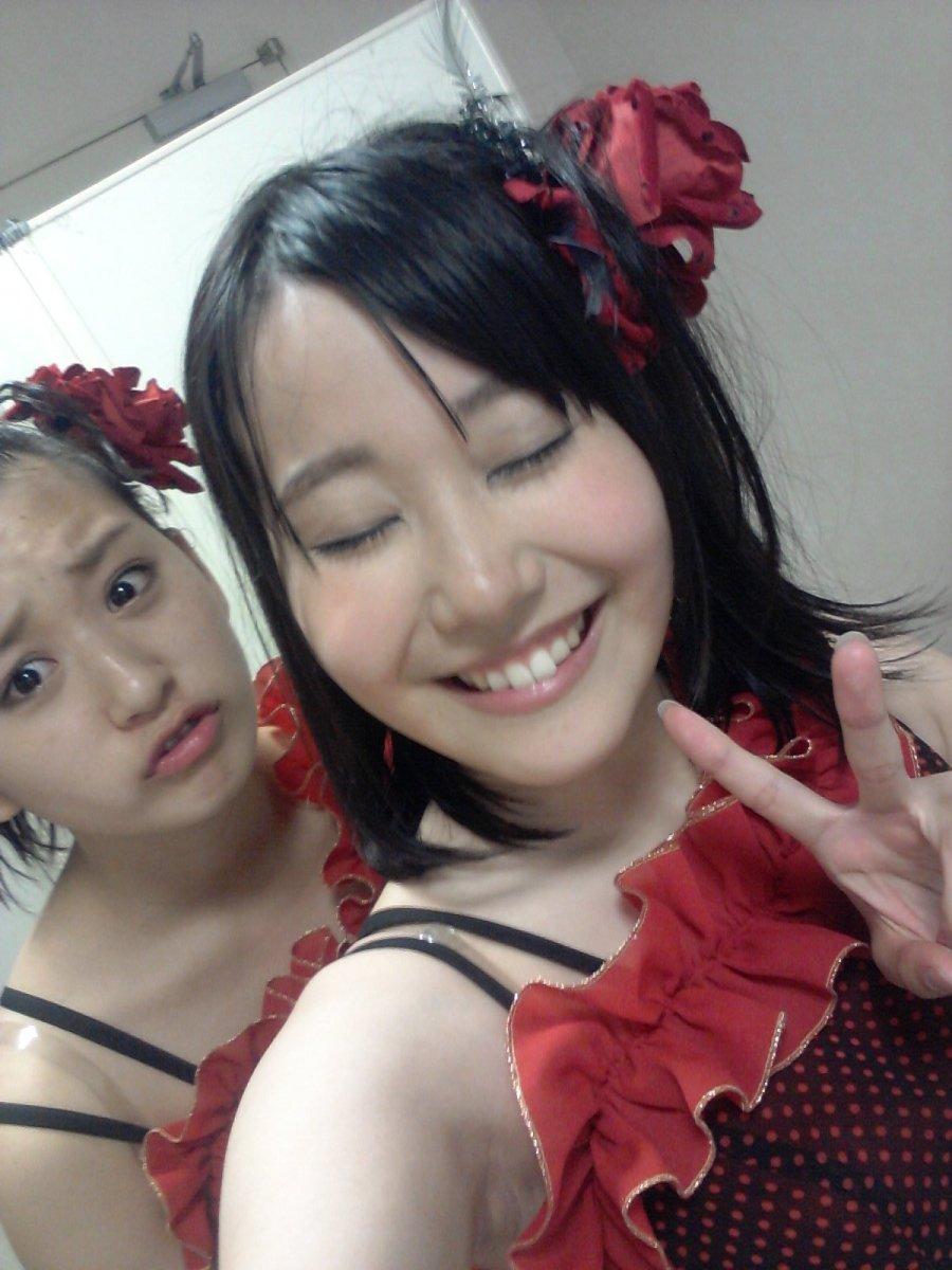 Kanako Kadowaki is smiling while Haruna Kinoshita has a frown on her face. I wonder why.