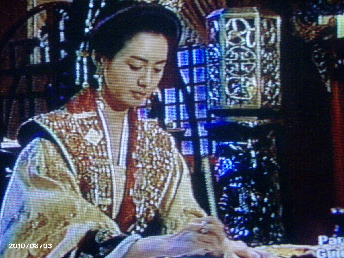 Queen is writing a letter for Bidam