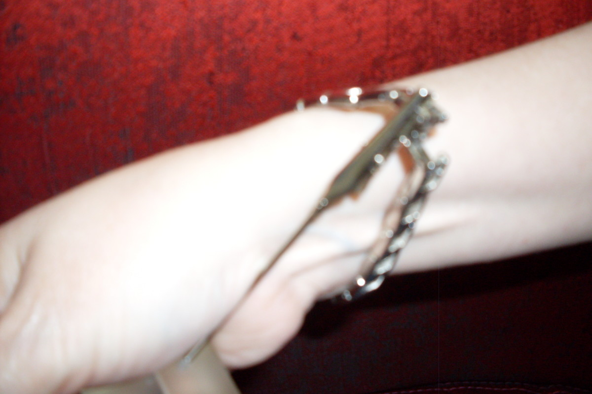 Figure 4. With the help of the alligator clip holding one end stationary, carefully close the clasp of the jewelry.