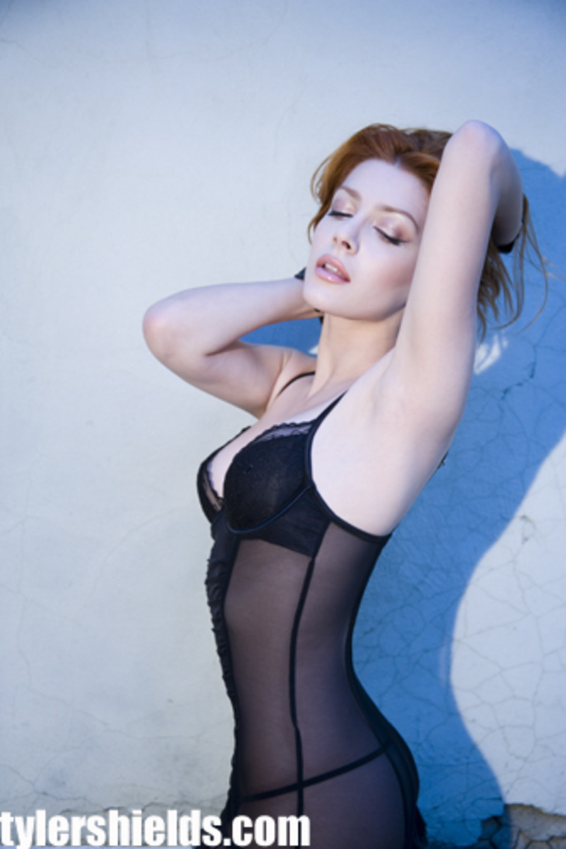 Elena Satine portrays Aquaman's wife, Mera