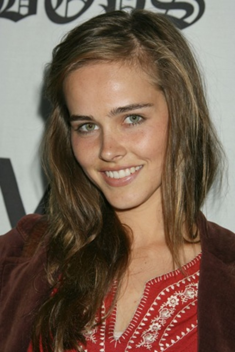 Isabel Lucas's makeup with light brown hair and blue eyes