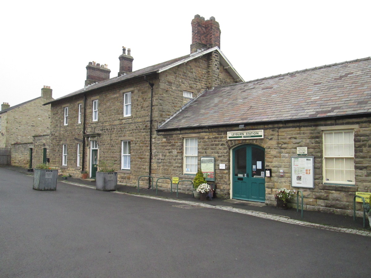 Leyburn Station's public entrance with (privately owned) station house. There's a souvenir and gift shop within to the right and another cafe to the left