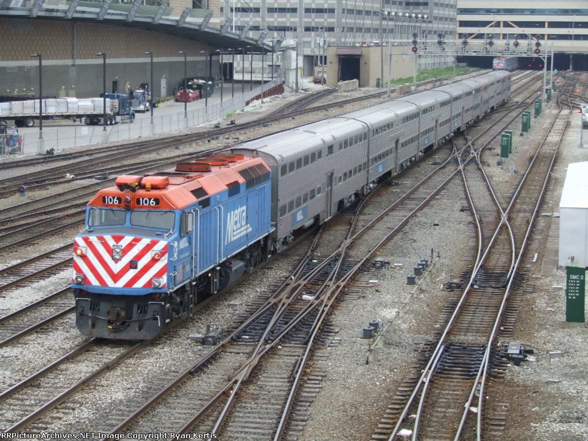 Metra 106 pushing an inbound commuter into Union Station