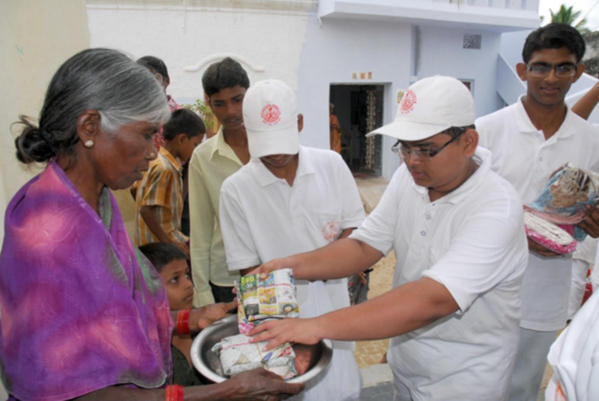 El servicio en los pueblos es hoy parte del calendario académico para los estudiantes del Instituto Sri Sathya Sai de Educación Superior