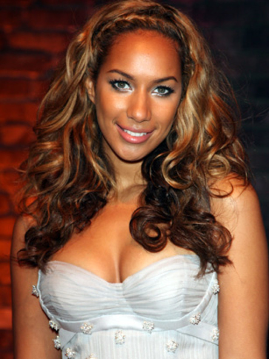 Leona Lewis with curly two-tone brown and blonde hair. Two-tone hair color ideas.