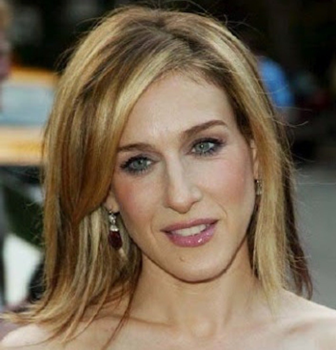 Sarah Jessica Parker with a shoulder-length, conservative, two-tone hairstyle