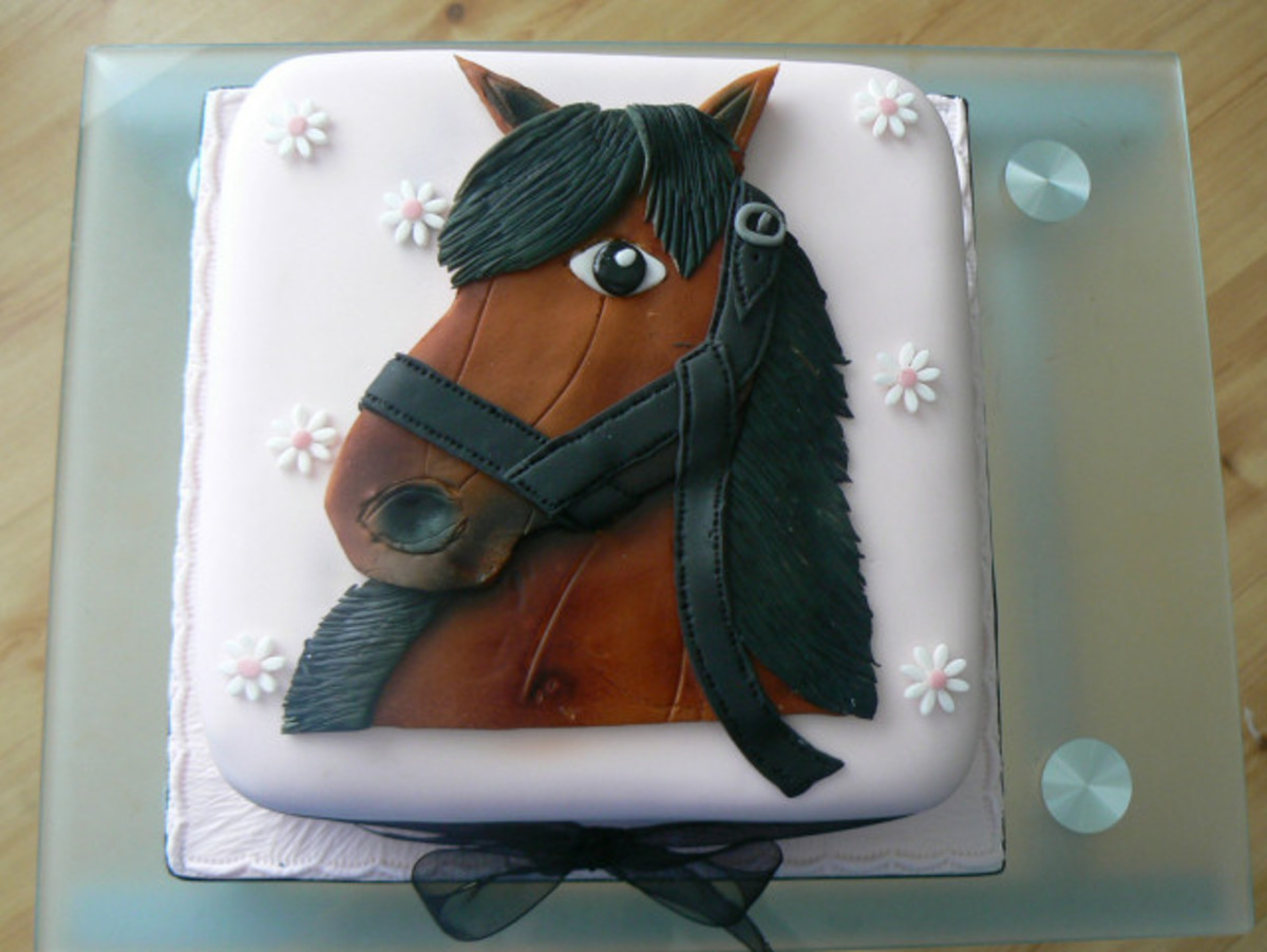 Isn't the horse shown on this cake adorable? Very pretty.