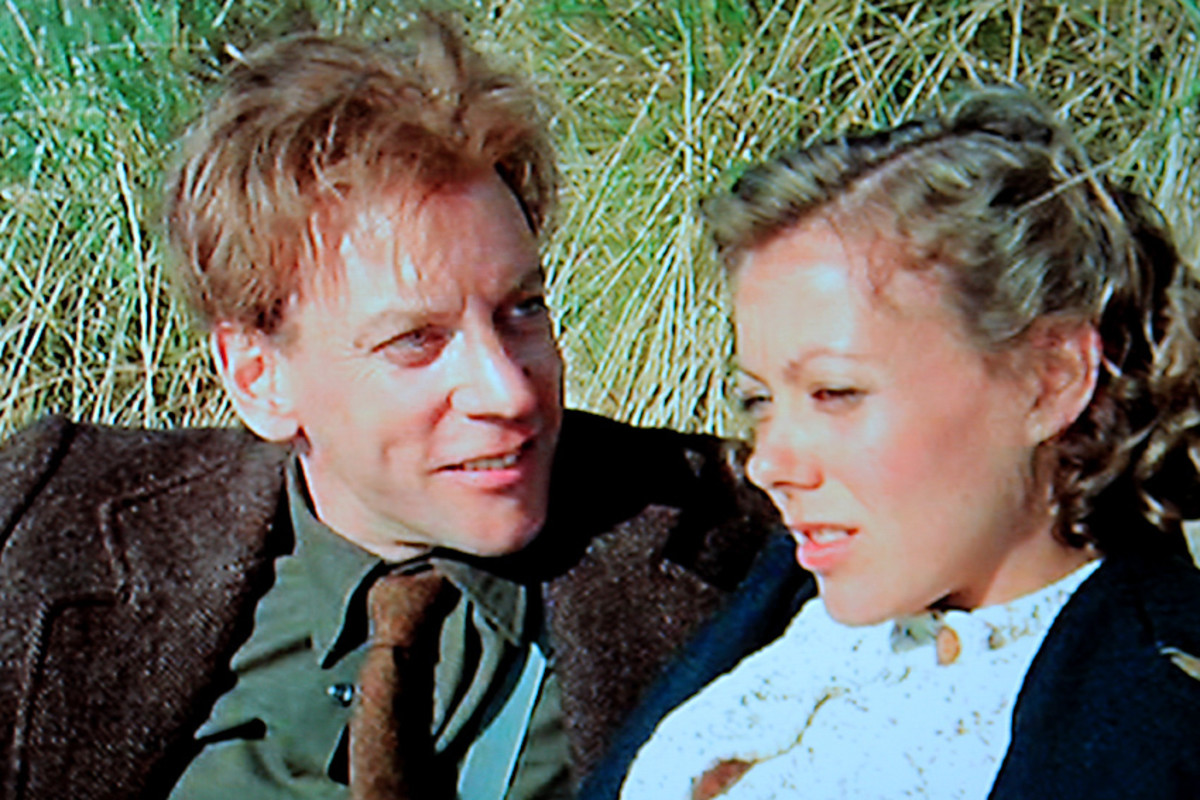Donald Sutherland as Liam Devlin, and Jenny Agutter as Molly Prior, enjoy a moment together