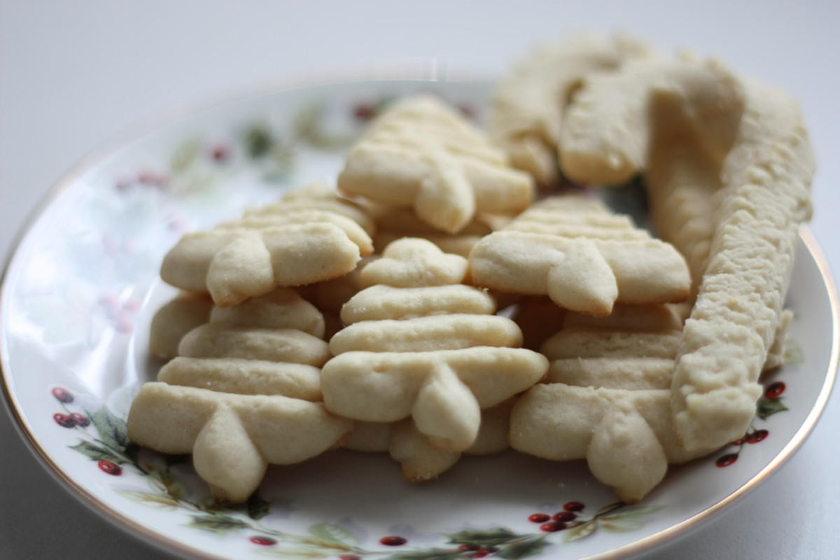 A plate full of spritz cookies