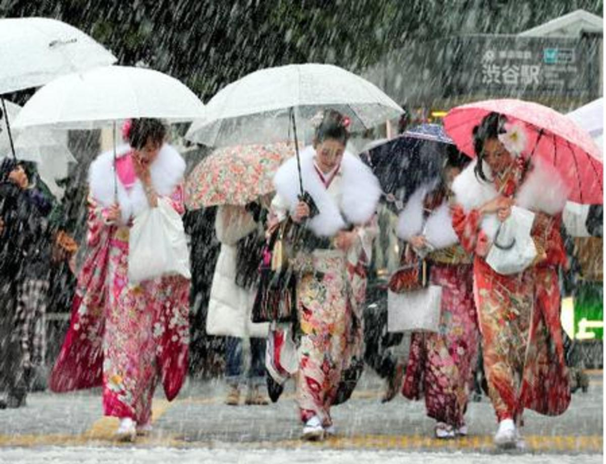 Becoming of age implies a ceremony organized by the town hall, or other municipal entities. Japanese men and women turning 20 dress up to the nines to embrace this new period in their lives, supported by the community.