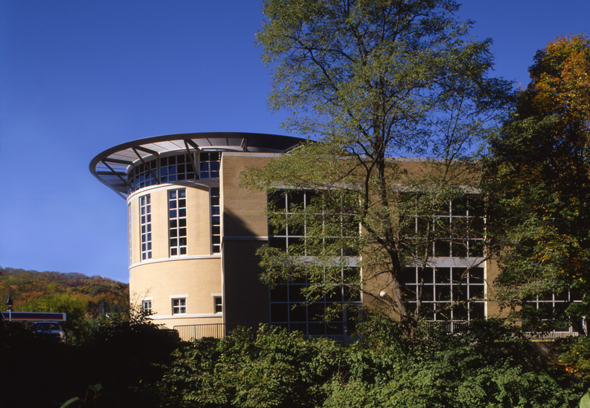 Northwestern Connecticut Community College offers associate's degrees and certificate programs in Deaf Studies and ASL/English Interpreter Preparation.