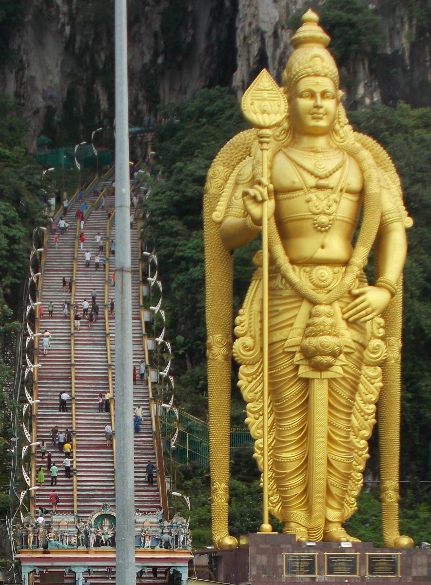 Señor Murugan estatua en las cuevas de Batu