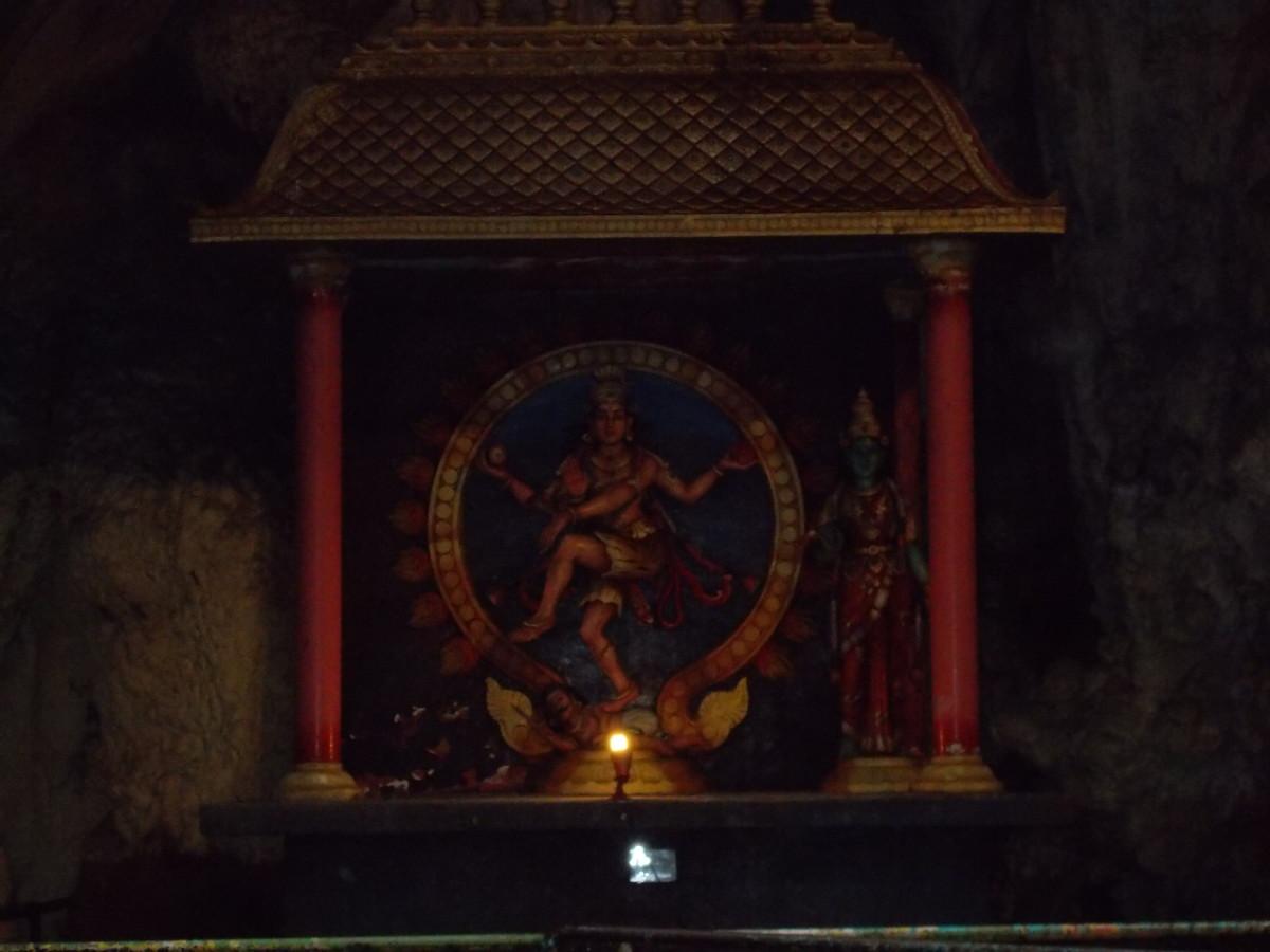 Una Deidad dentro de las cuevas de Batu