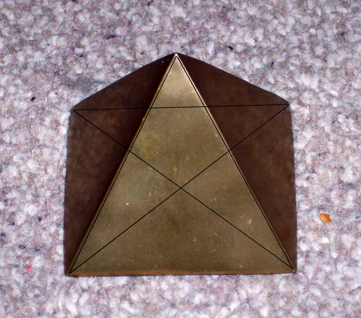 Model pyramid with imposed pentagram. The king and queen's chambers equate to the centre of the pentagram.