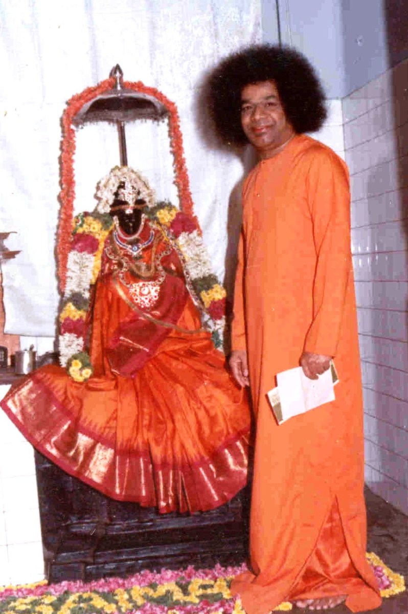 Sri Sathya Sai Baba installed the first ever Shirdi Baba idol in the world on Feb 3rd 1949 at Guindy, Chennai. (this pic is taken at a later date).The temple still exists. Even the marble idol in the famous Shirdi shrine was installed only in 1954.