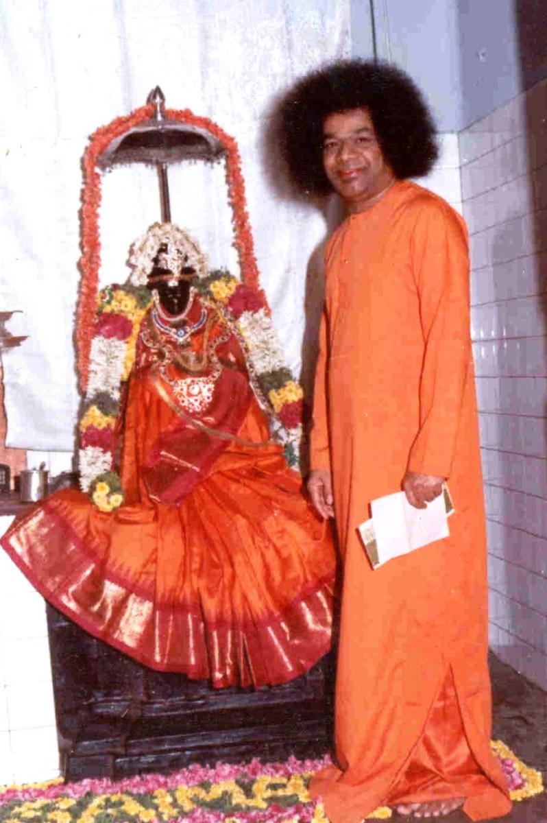Sri Sathya Sai Baba ha instalado el primer ídolo de Shirdi Baba en el mundo en 03 de febrero 1949 en Guindy, Chennai.  (Esta foto es tomada en una fecha posterior) todavía existe .El templo.  Incluso el ídolo de mármol en el famoso santuario de Shirdi se instaló sólo en 1954.