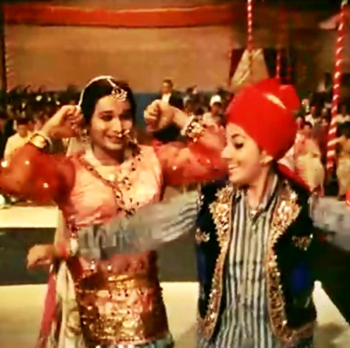 A stunning Item Number - Shamshad Begum sings with Asha Bhonsle in an eternal musical gem