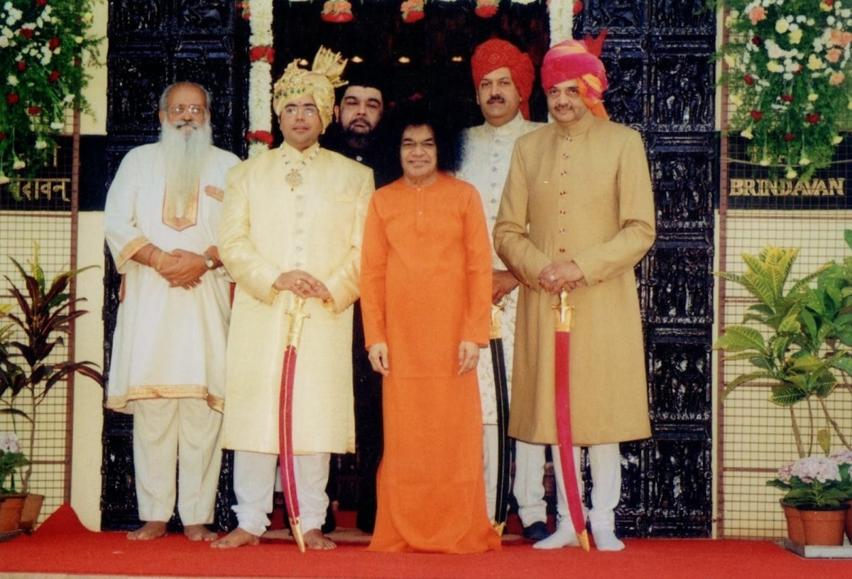 Swami blessed the Rajamatha's grandson Gopal Indreshwar Sirohi's wedding in Brindavan on 26th April 2000.