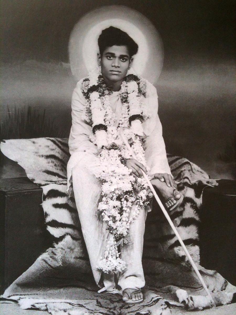 Baba a principios de 1944 La foto ha sido tomada en un estudio en Bangalore cuando Swami accedió a la petición de un devoto.