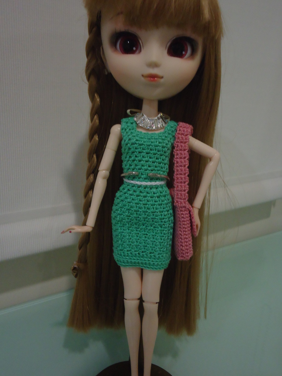 Pullip in her new Belted Shift Dress with her Laptop Messenger Bag.