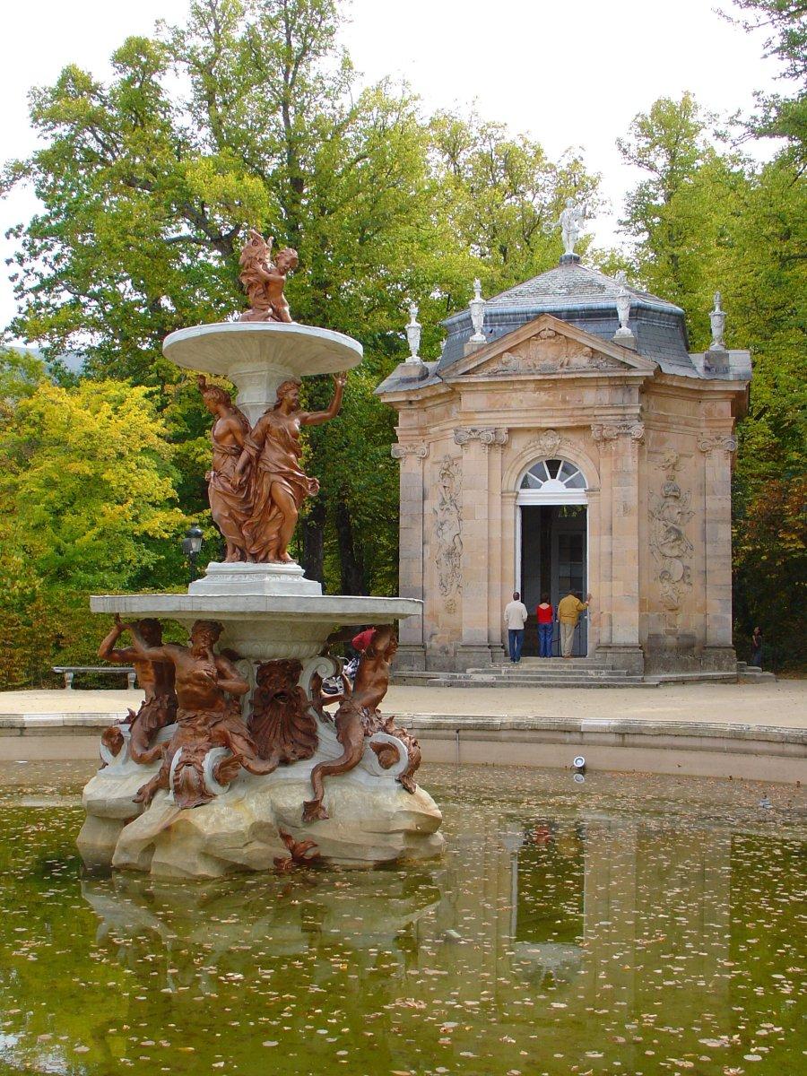 La Granja - Fuente y Templo (Fountain and Temple at La Granja)By Author: Ignacio Revuelta.Igrevo at en.wikipedia  (Author: Ignacio Revuelta) [CC-BY-SA-2.5],